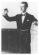 Theremin, um dos primeiros equipamentos de música eletrônica, criados em 1917, na Russia